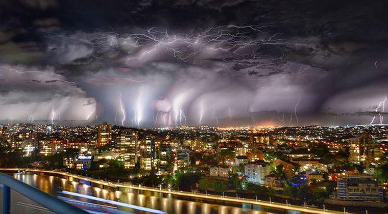 オーストラリアで激しい暴風雨…10万回以上の「カミナリ」が町を襲う