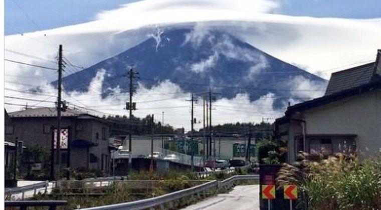 【笠雲】富士山の上空に現れた雲がとても「神秘的」だったとネット上で話題に