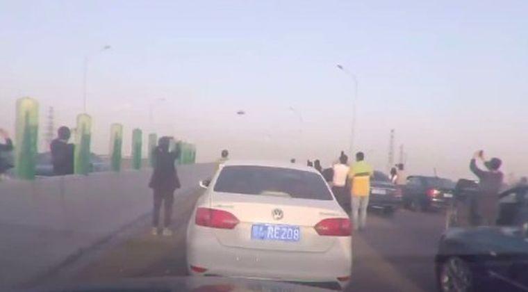 【中国】上空に「謎の飛行物体」が横切り、高速道路上に車を止めて一斉に撮影し始める群衆…大勢が目撃したこの物体は「UFO」だったのか?