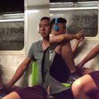 電車内発展行為を撮った!周りに気づかれないよう相手の勃起を触る!