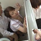 熟女教師がトイレで声を潜めて男子生徒のチンポをしゃぶりハメられたら中出しまでされちゃう