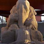 【画像】砂で作られたゾウの彫刻が凄い!!