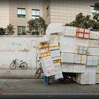 山積みの発泡スチロールの容器を自転車に積む理由…
