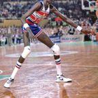 リングに届く!身長231cmのバスケットボール選手が凄い!!
