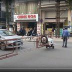超危険!ベトナム首都ハノイの電車の踏切が凄い…!!