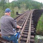 快適に!自転車で廃線になった線路の上を走行する人々!!