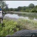 驚愕!川で釣りをしていたら巨大なワニが釣れる!!