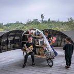 昆虫の羽根のように開く!移動式の自転車の図書館!!