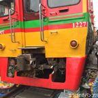 メークロン市場は電車が通過する線路上にある市場 in サムットソンクラーム県