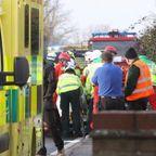 【画像】追突事故で前後のトラックにはさまれた自動車が悲惨すぎる…
