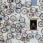【画像】圧巻!自転車を無数に壁に貼り付けた家がすごい!!