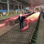 【動画】大蛇のようにうごめく!超長い鉄板の製鉄の工程が凄い!!