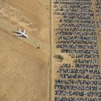 【画像】カリフォルニアの砂漠にある、ジェット機と自動車の墓場が凄い!!