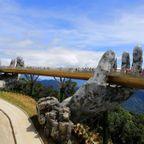 【画像】超巨大な手で支えられた橋が幻想的!!