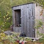 【画像】古く小さな小屋の床下に巨大な洞窟を発見!!