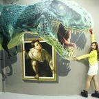いっしょに撮れば面白い!3Dアートで遊ぶ人たちの画像!