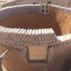 【画像】500mlのペットボトルを積み重ねて作った家が凄い!!