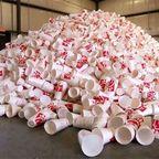 【画像】廃棄プラスチックのカップが公園のベンチに生れ変るまでの様子!