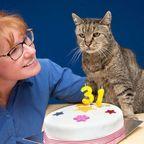 【画像】長寿過ぎ!141歳(31回)の誕生日を迎えたネコの風格がスゴイ!!