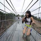 中国に床がガラスでできた高さ180m長さ300m釣り橋が建設されてるwwww