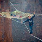 上空120m!断崖絶壁に設置された巨大なハンモック!