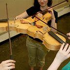3人同時に弾けるバイオリン!これなら喧嘩にならない!!