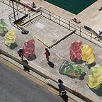 【画像】街中に超巨大な熊のグミが出現したと思ったら、そんなわけでは無いアート!!