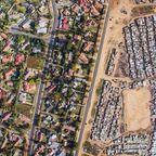 【画像】アフリカのケープタウンは富裕層と貧困層の住宅地の境界が露骨に分る!!