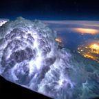 飛行機を運転していると見ることができる信じられないような夜の絶景の数々!!