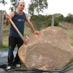 【画像】巨大な岩石を削って石造を作っている人がワイルド過ぎて凄い!!