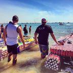 【画像】ビールの空き缶でボートを作って競争する大会の様子!!