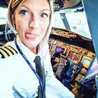 【画像】スウェーデンの美人金髪の飛行機パイロットのお姉さんがノリノリ過ぎて心配!!