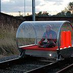 【画像】一人で乗って一人で運転!一人乗りの電車パーソナルトレイン!