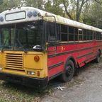 【画像】古いスクールバスを巨大で豪華なキャンピングカーに改装してしまう!!