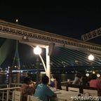 ギン・ロム・チョム・サパーンでライトアップされたラマ8世橋を眺めながらロマンティックな夕食