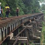 アルヒル桟道橋は岩壁に沿って掛かった木造の橋 in カンチャナブリ