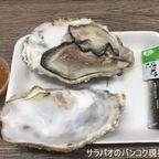 トンロー日本市場で購入した生牡蠣を市場内で食べる in トンロー