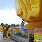 ワット・ムアンはタイ最大の座像がある寺院 in アーントーン県