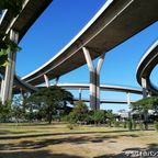 ラットポー公園は3本の橋と繋がるループ状ランプ下にある公園 in サムットプラカーン県