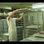 楽しそうにフランスパンを作る、ノリノリのパン職人の動画!!
