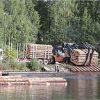 材木を湖に浮かべる作業が、見ていて癒される!!