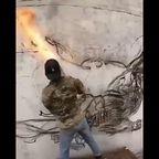 燃え盛るたいまつを筆にして、白い家の壁に傑作を描く!!