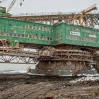 全長160m!超巨大な採掘マシーンの移動の様子が凄い!!