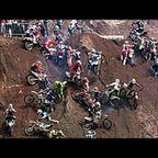 ほぼ垂直の壁を登るオフロード・バイク・レースがまともじゃない!!