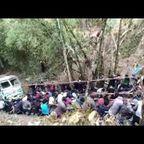 インドの人たちが崖の下に転落したトラックを引き上げる様子が凄い!!