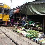 タイの線路沿いにある市場が凄い!!