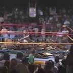 プロレスのリングに椅子が投げこまれるアクシデントが発生!!