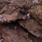 火山岩で覆われた岩山を棒一本で下っていく技術が凄い!!
