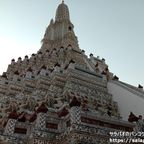 ワット・アルンは神々が支える白い仏塔で有名な第一級王室寺院
