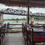 ペー・アーハン・フローティングは戦場にかける橋の近くの水上レストラン in カンチャナブリ